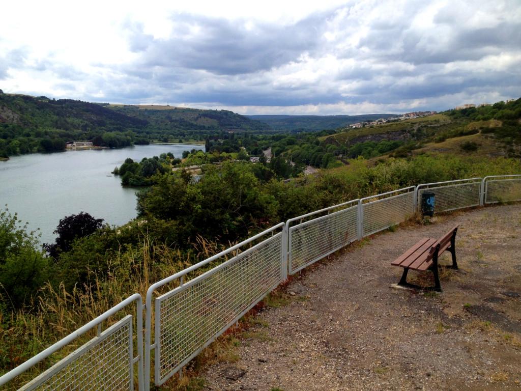 Facilement accessible, le belvédère du lac Kir offre une jolie vue panoramique. © Bertrand Carlier - Jondi